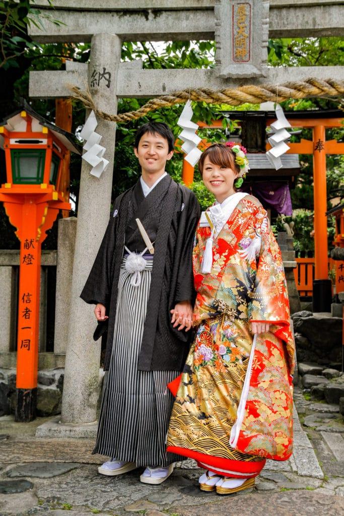 Japanische Hochzeitsfeier mit traditioneller Kleidung.