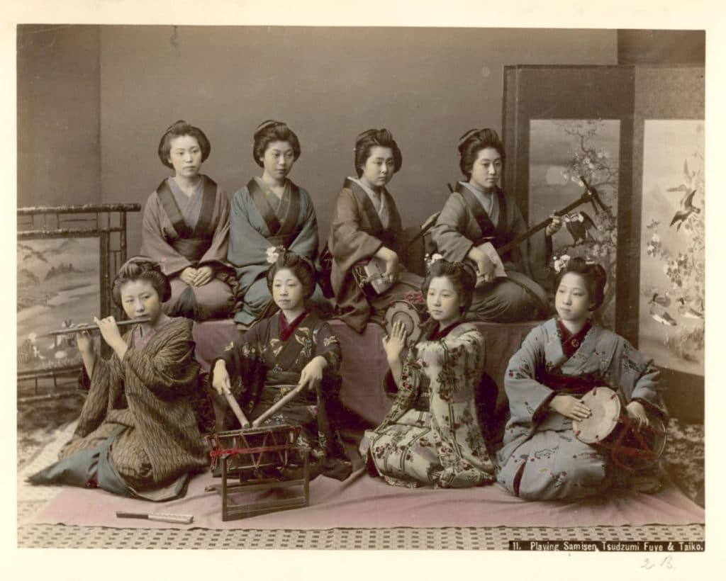 Die Geschichte der japanischen Kleidung: Aufführung mit traditionellen japanischen Instrumente im Kimono während der Meiji-Zeit.