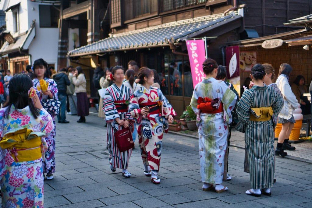 Mehrere Japanerinnen mit Kimono in Kawagoe