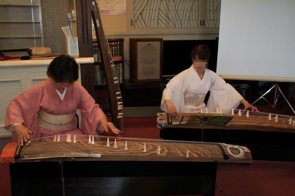 Zwei Japanerinnen bei einem Auftritt mit der Koto im Iromuji.