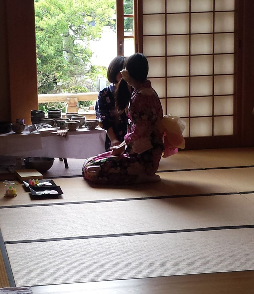 Japanerinnen mit Kimono bei einer Teezeremonie