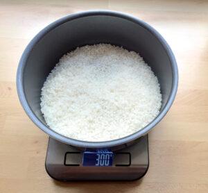 Japanischer Reis wird abgewogen.