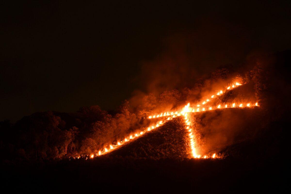 Ein Feuer zum Obon-Fest in Kyoto