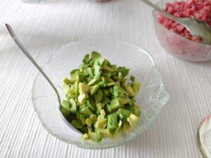 Kleine Avocado-Stücken als Füllung für die Takoyaki.