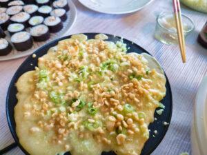 Der noch flüßige Teig in der Takoyaki-Pfanne.